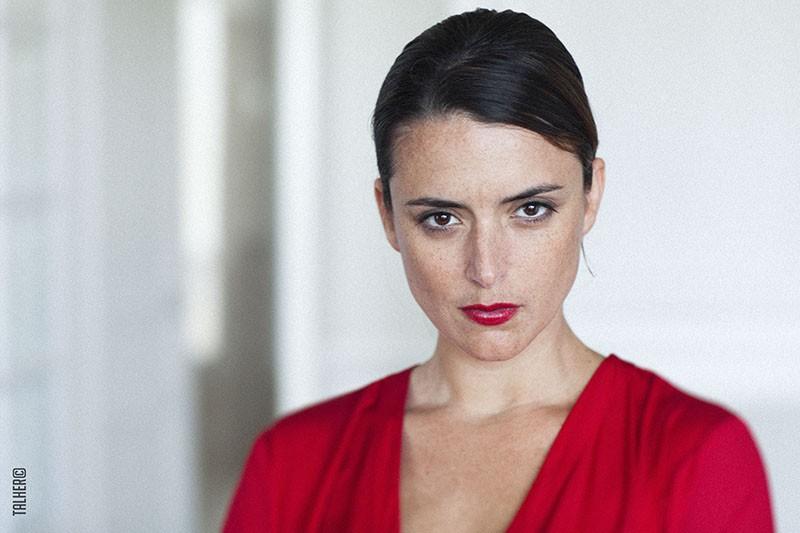 Portrait Sarah-Laure Estragnat rouge pour book photo